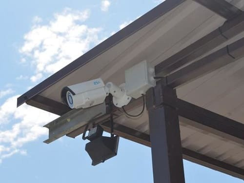 Камера видеонаблюдения на металле