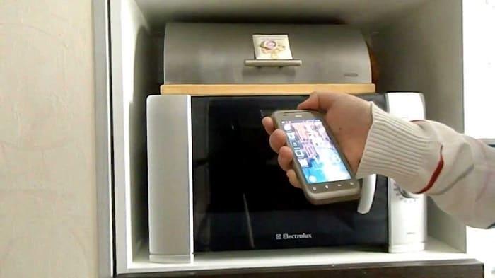 Может ли микроволновка мешать работе мобильных телефонов и Wi-Fi?