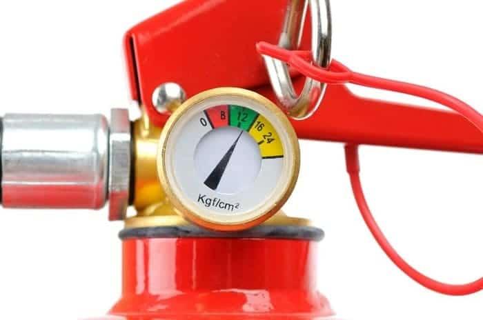 Что показывает манометр на огнетушителе: какое давление должно быть?