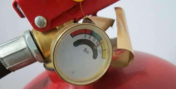 Для чего индикатор давления на огнетушителе