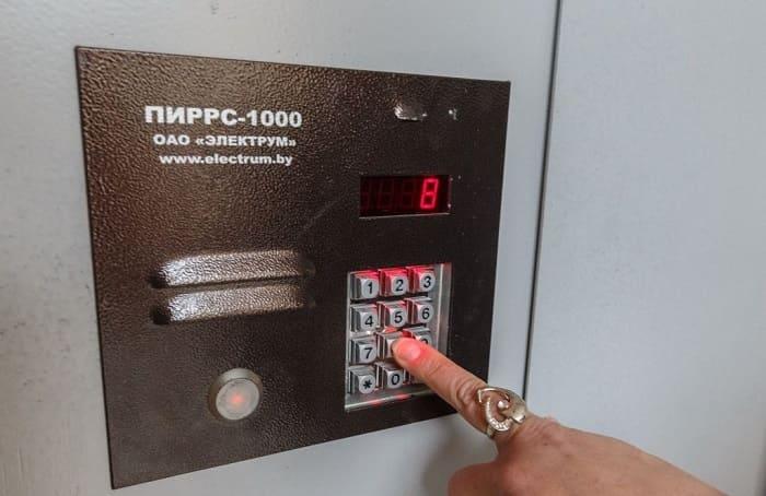 Как открыть домофон Пиррс 100 без ключа?