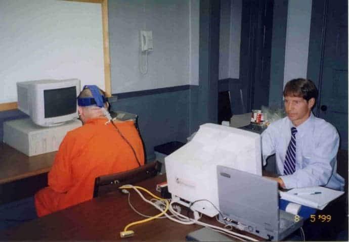 Lawrence Farwell делает отпечаток мозга
