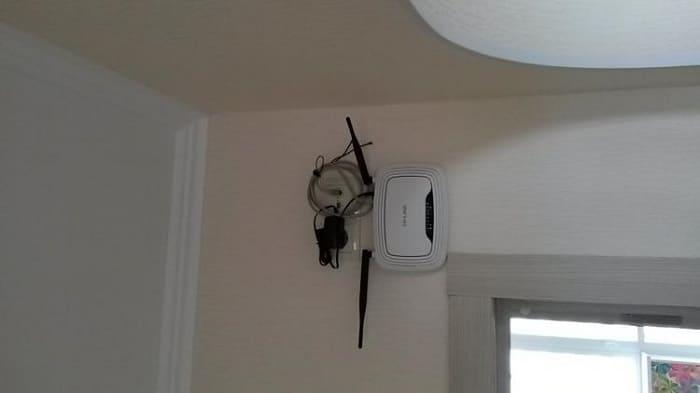 роутер на потолке