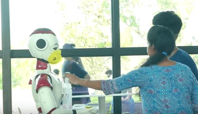 Гуманоидные роботы помогают бороться с коронавирусом в Индии
