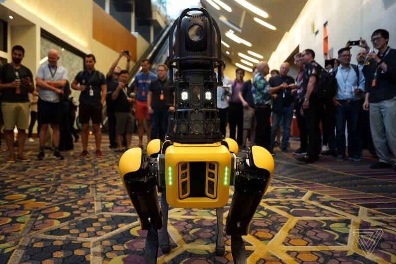 Роботы Boston Dynamics предупреждают людей об эпидемии коронавируса