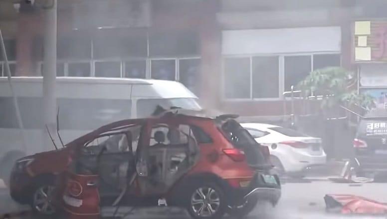 Китайский электрокар воспламенился и сгорел во время зарядки