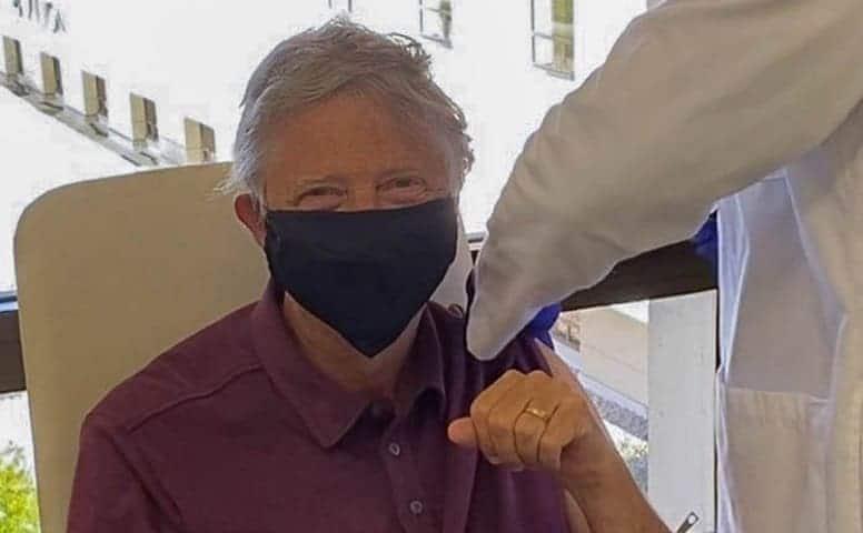 Билл Гейтс уже вакцинирован. Миллиардер показал фото прививки от CoVID-19