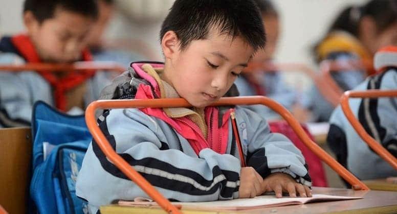 Китай запрещает использование смартфонов в школах