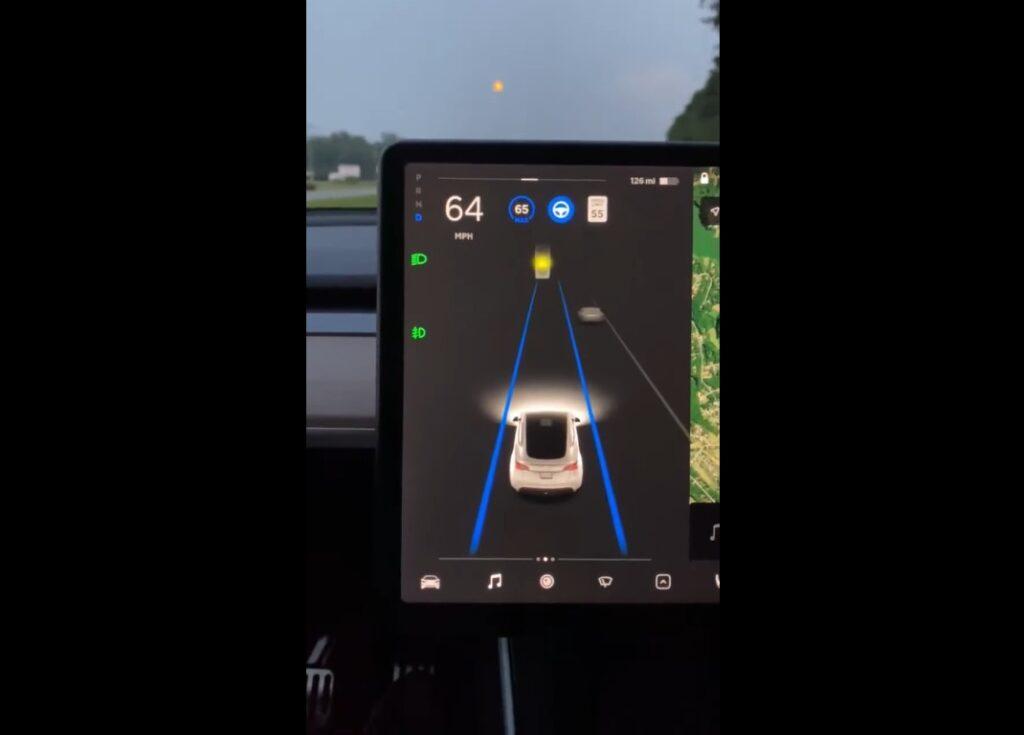Курьезная ошибка: автопилот Tesla спутал Луну с желтым сигналом светофора