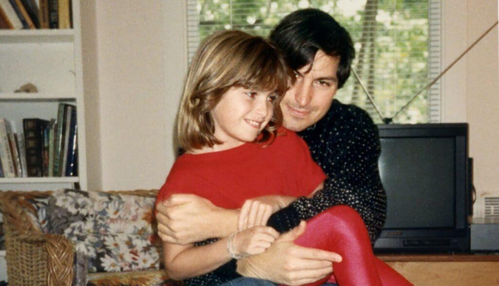 Джобс назвал компьютер Лизой (Lisa) в честь своей первой дочери, которая появилась на свет от отношений с Крисанной Бреннан